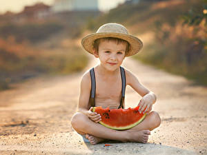 Bilder Wassermelonen Jungen Sitzend Der Hut Blick Kinder