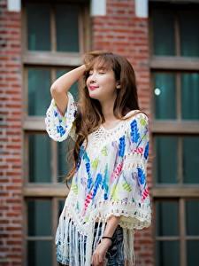Bilder Asiaten Posiert Hand Haar Braunhaarige Niedlich junge frau