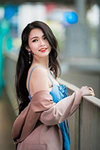 Bilder Asiatisches Unscharfer Hintergrund Posiert Brünette Nett Haar