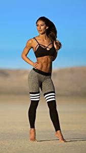 Bilder Fitness Braunhaarige Pose Uniform Hand Bein Unscharfer Hintergrund junge Frauen
