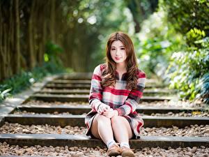 Bilder Asiaten Unscharfer Hintergrund Sitzen Braunhaarige Bein Nett Mädchens