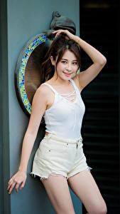 Bilder Asiatisches Pose Hand Shorts Unterhemd Braunhaarige Mädchens
