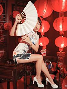 Hintergrundbilder Asiatisches Sitzen Bein Stöckelschuh Kleid Fächer Starren junge Frauen