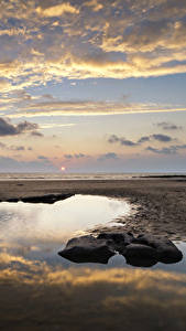 Bilder Vereinigtes Königreich Landschaftsfotografie Morgendämmerung und Sonnenuntergang Küste Wasser Himmel Steine Wolke Strände Wales Dunraven Bay Natur