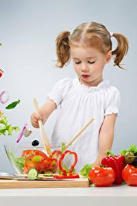 Fotos Gemüse Tomate Gurke Paprika Grauer Hintergrund Kleine Mädchen Kinder