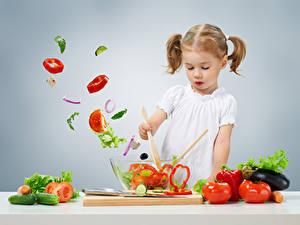 Fotos Gemüse Tomate Gurke Peperone Grauer Hintergrund Kleine Mädchen Kinder