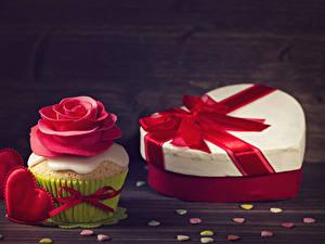 Papéis de parede Dia dos Namorados Rosas Cupcake Tábuas de madeira Presentes Design Coração Vermelho Alimentos