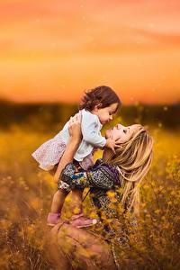 Fotos Morgendämmerung und Sonnenuntergang Felder Mutter Kleine Mädchen Unscharfer Hintergrund Mädchens