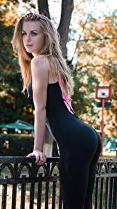 Bilder Fitness Zaun Blondine Posiert Uniform Starren Gesäß junge Frauen