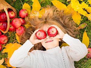 Fotos Äpfel Kleine Mädchen Haar Hand Kinder