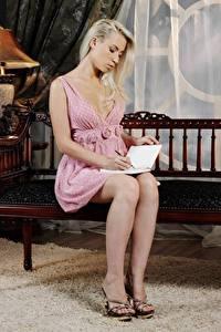 Bakgrunnsbilder Hagebenk Blonde Sitter Kjole en bok Ben Kvinners hæler Unge_kvinner