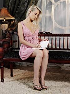 Hintergrundbilder Bank (Möbel) Blondine Sitzt Kleid Buch Bein Stöckelschuh junge Frauen