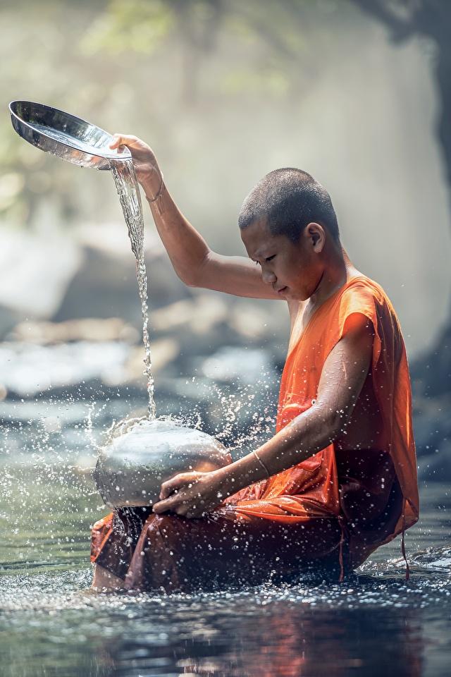 Hintergrundbilder Junge kahle Kinder Bach Asiatische Wasser spritzt Steine Sitzend 640x960 jungen Glatze kahlköpfiger Bäche spritzwasser sitzt sitzen
