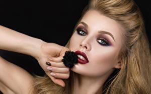 Hintergrundbilder Schwarzer Hintergrund Blondine Schminke Hand Starren Mädchens