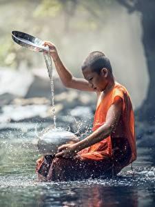 Bilder Steine Asiatische Bach Glatze Junge Sitzen Wasser spritzt kind