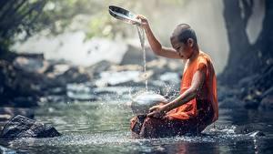 Bilder Steine Asiatische Bach Glatze Junge Sitzend Spritzer Kinder
