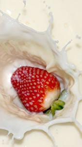 Fotos Erdbeeren Milch Spritzwasser das Essen
