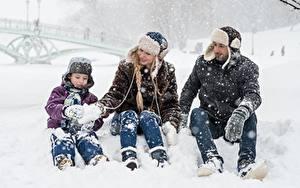 Fotos Winter Mann Schnee Junge Mütze Sitzend Drei 3 Kinder Mädchens