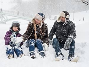 Fotos Winter Mann Schnee Jungen Mütze Sitzt Drei 3 Familie Kinder Mädchens