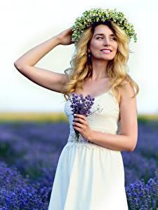Bilder Blumensträuße Lavendel Acker Unscharfer Hintergrund Posiert Kleid Hand Kranz Blondine junge frau
