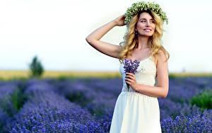 Desktop hintergrundbilder Blumensträuße Lavendel Acker Unscharfer Hintergrund Posiert Kleid Hand Kranz Blondine junge frau