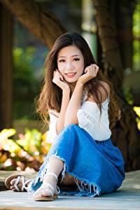 Hintergrundbilder Asiatische Sitzt Braunhaarige Unscharfer Hintergrund Hand junge frau