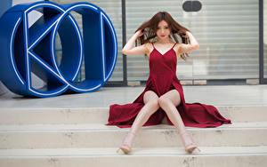 Fotos Asiaten Sitzt Bein Kleid Hand Blick Treppen junge frau