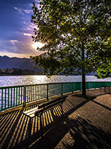 Hintergrundbilder Italien Sonnenaufgänge und Sonnenuntergänge See Abend Zaun Bäume Bank (Möbel) Schatten Como Natur