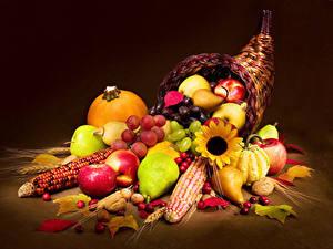 Fotos Obst Kukuruz Kürbisse Äpfel Birnen Nussfrüchte Weintraube Farbigen hintergrund Weidenkorb