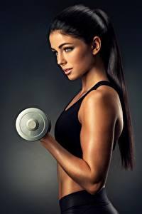Bilder Fitness Hand Hantel Schön Brünette Blick Model sportliches Mädchens