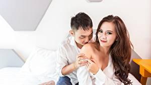 Bilder Paare in der Liebe Mann Asiatische 2 Kuss Braune Haare Lächeln Hand Mädchens