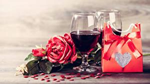 Hintergrundbilder Valentinstag Wein Rosen Geschenke Herz Schleife Weinglas Blumen