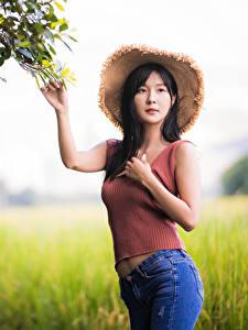 Bilder Asiatisches Posiert Unscharfer Hintergrund Jeans Unterhemd Der Hut Starren junge frau