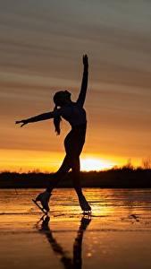 Desktop hintergrundbilder Morgendämmerung und Sonnenuntergang See Silhouetten Schlittschuh Posiert Sergey Kalabushkin junge frau Sport