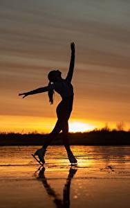 Bilder Morgendämmerung und Sonnenuntergang See Silhouetten Schlittschuh Posiert Sergey Kalabushkin junge frau Sport