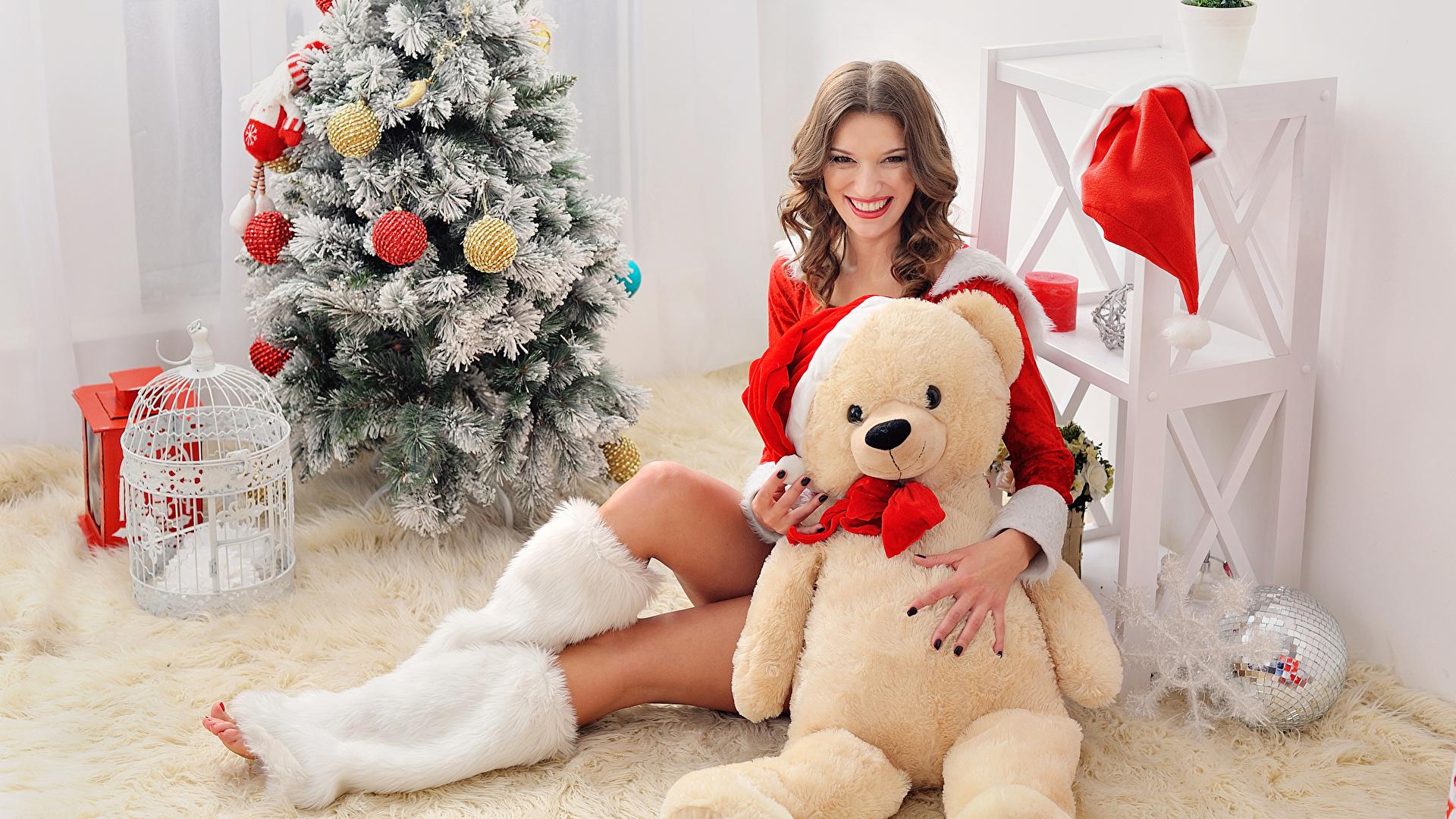 Hintergrundbilder Neujahr Braune Haare Lächeln Mädchens Weihnachtsbaum Teddy Sitzend Blick 1920x1080 Braunhaarige Christbaum Tannenbaum Teddybär Knuddelbär sitzt sitzen Starren