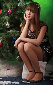 Bilder Neujahr Kugeln Braunhaarige Starren Sitzt Bein junge frau