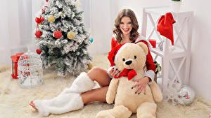 Bilder Neujahr Teddy Braune Haare Tannenbaum Lächeln Starren Sitzt Mädchens