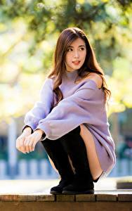 Hintergrundbilder Asiaten Sitzt Sweatshirt Unscharfer Hintergrund Starren junge frau