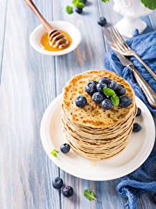Bilder Eierkuchen Heidelbeeren Bretter Teller Lebensmittel