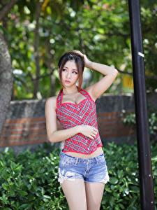 Bilder Asiaten Unscharfer Hintergrund Braunhaarige Hand Shorts junge frau