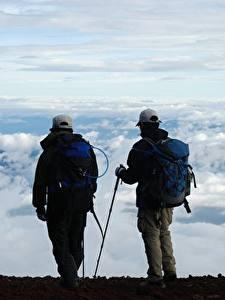 Bilder Mann Zwei Baseballmütze Rucksack Wolke Kletterer Reisender