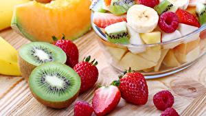 Bilder Salat Obst Kiwi Erdbeeren Himbeeren
