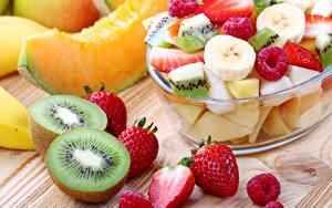 Bilder Salat Obst Chinesische Stachelbeere Erdbeeren Himbeeren Lebensmittel