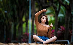Fotos Asiaten Lotussitz Sitzt Hand Starren junge frau