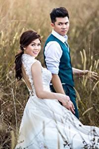 Fotos Acker Asiatisches Mann Zwei Kleid Bräutigam Bräute junge Frauen