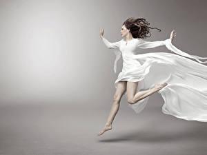 Fotos Grauer Hintergrund Braunhaarige Kleid Laufsport