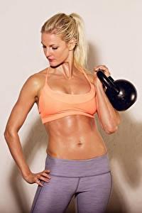 Fotos Fitness Hanteln Bauch Blond Mädchen Mädchens
