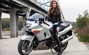 Bilder Braunhaarige Motorradfahrer Mädchens Motorrad