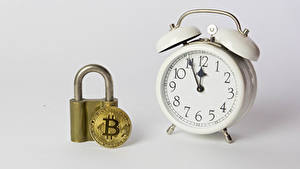 Bakgrundsbilder på skrivbordet Ett mynt Bitcoin Klocka Väckarklocka Grå bakgrund
